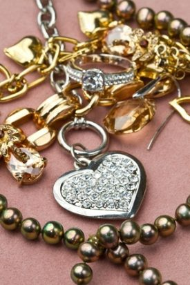 How to Shop For Jewelry When You Have a Metal Allergy